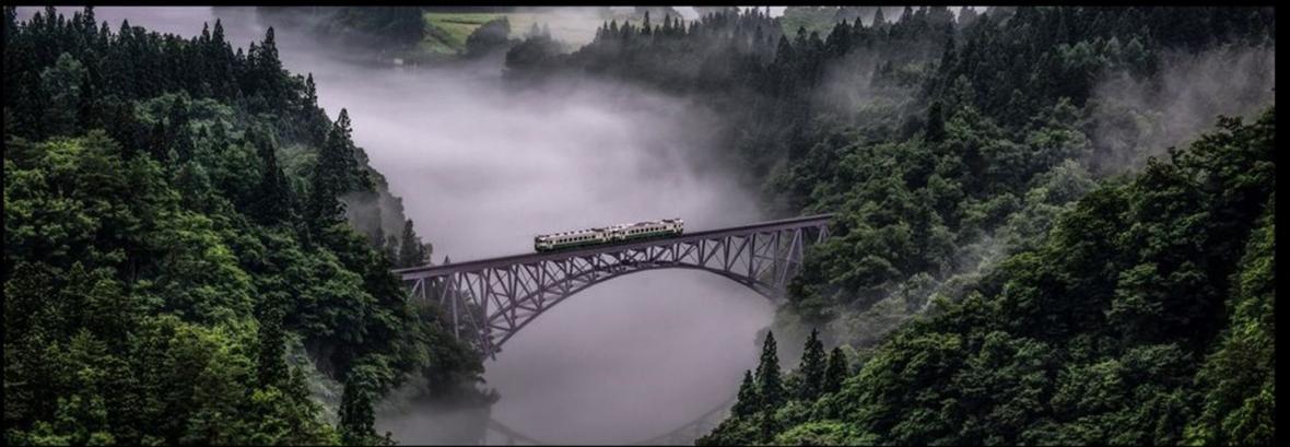 گذر از مه ، تصویری بی نظیر از عبور قطاری روی پل در ژاپن