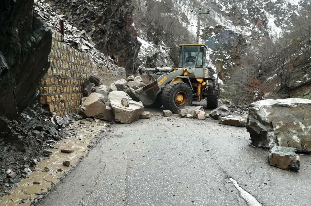خبرنگاران ریزش کوه چند راه روستایی در طرقبه شاندیز را مسدود کرد