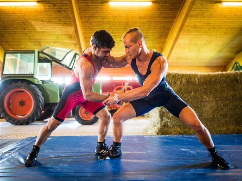 تمرینات قهرمان کشتی فرنگی جهان در مرغداری برای حضور در المپیک