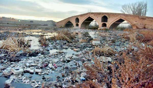 تاریخ در محاصره زباله