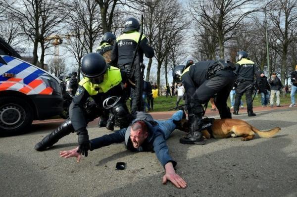 خبرنگاران پلیس هلند با معترضان ضددولتی درگیر شد